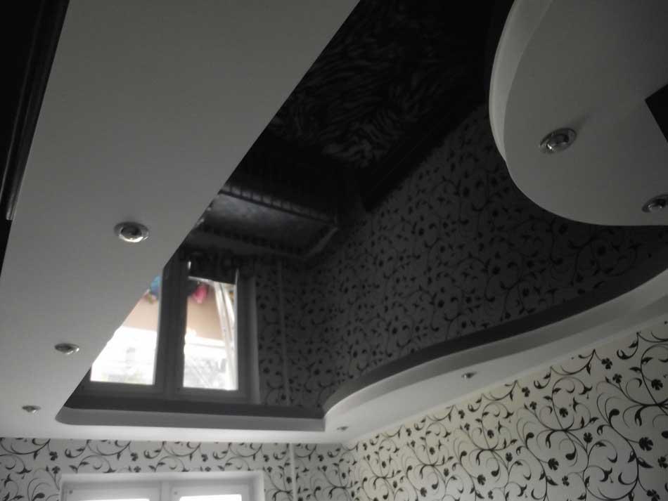 Натяжной потолок черный глянец фото