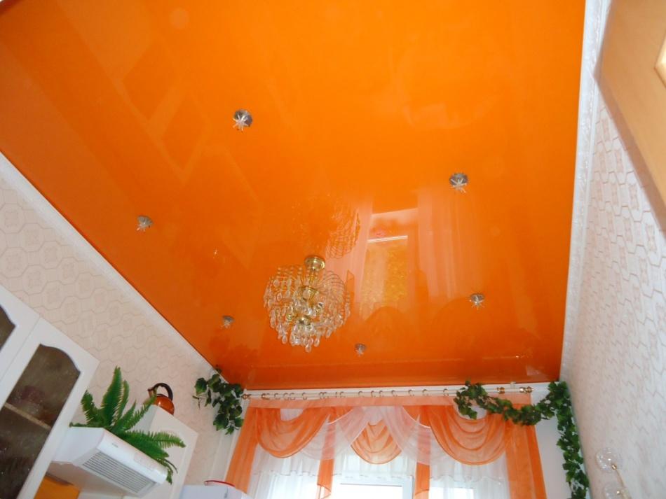 Оранжевый натяжной потолок фото