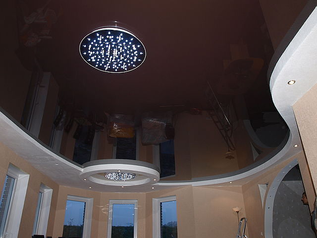 Натяжной потолок шоколадного цвета фото