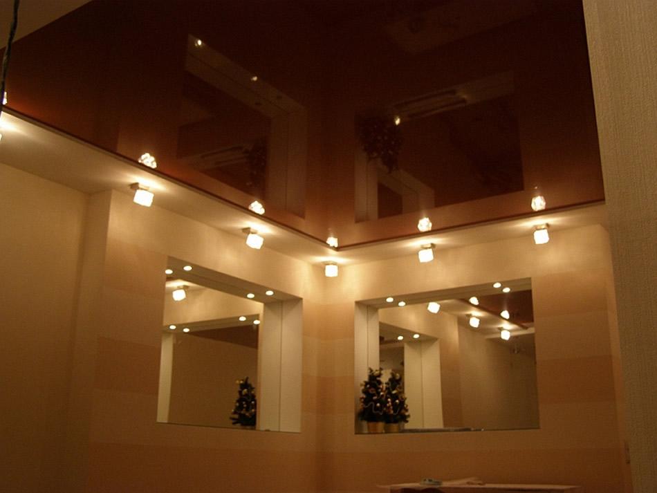 Коричневый натяжной потолок фото