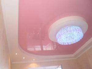 Розовый с белым потолок
