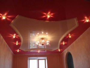 Одноуровневые двухцветные натяжные потолки