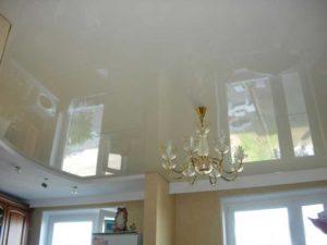 Глянцевые натяжные потолки с люстрой