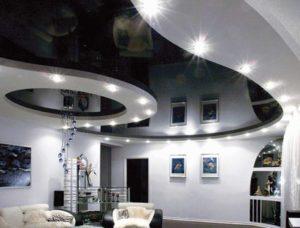 Черно-белый натяжной потолок с светильнгиками