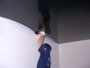 натягивание натяжных потолков