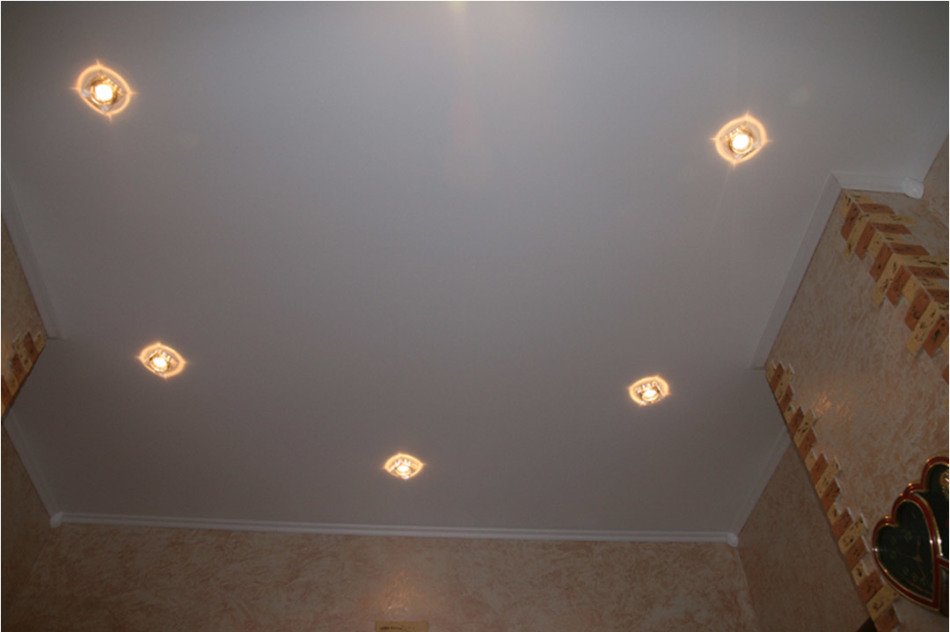 натяжной потолок с лампочками