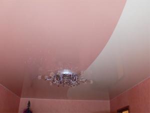Одноуровневые натяжные потолки — дизайн интерьера