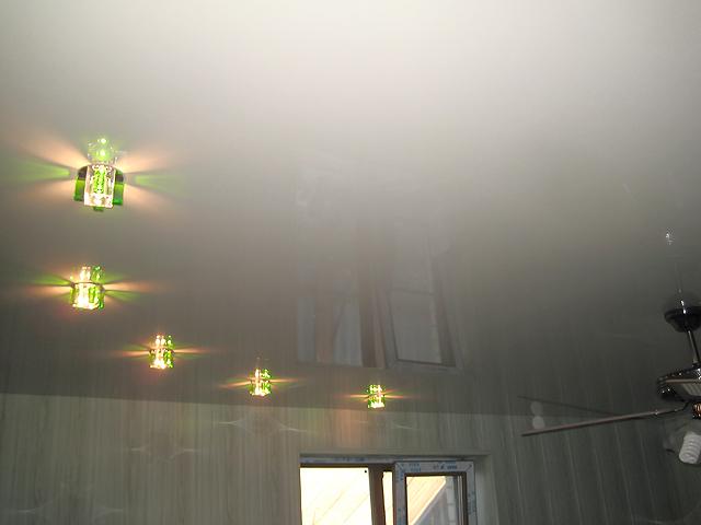 одноуровневый натяжной потолок