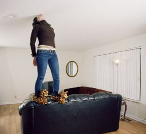 Запах от натяжных потолков — что делать?