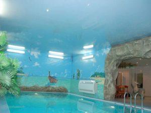 Натяжные потолки в бассейне — обзор