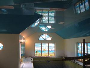 Преимущества натяжного потолка на мансарде