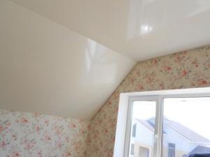 Натяжной потолок для мансарды
